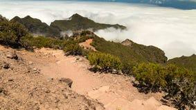 Πετρώδης διαδρομή στα βουνά της Μαδέρας πέρα από τα σύννεφα Στοκ φωτογραφία με δικαίωμα ελεύθερης χρήσης