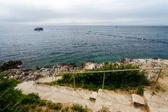 Πετρώδης κάθοδος στη θάλασσα με το κιγκλίδωμα σιδήρου Στοκ Εικόνες