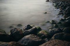 Πετρώδης παραλία με τα ομαλά κύματα Στοκ φωτογραφία με δικαίωμα ελεύθερης χρήσης