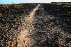 Πετρώδης δρόμος στην ηφαιστειακή έρημο Στοκ εικόνες με δικαίωμα ελεύθερης χρήσης