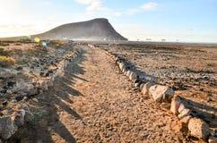 Πετρώδης δρόμος στην ηφαιστειακή έρημο Στοκ Φωτογραφίες