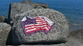 Πετσέτα ΑΜΕΡΙΚΑΝΙΚΩΝ σημαιών στο βράχο Στοκ εικόνα με δικαίωμα ελεύθερης χρήσης