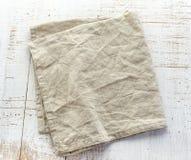 Πετσέτα λινού στον ξύλινο πίνακα Στοκ Φωτογραφία