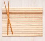 Πετσέτα και chopsticks μπαμπού Στοκ Εικόνες