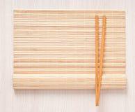 Πετσέτα και chopsticks μπαμπού Στοκ φωτογραφίες με δικαίωμα ελεύθερης χρήσης
