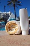 Πετσέτα και Sunscreen θερέτρου Στοκ φωτογραφίες με δικαίωμα ελεύθερης χρήσης