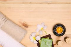 Πετσέτα, κερί, πετρέλαιο λουτρών, και σαπούνι Στοκ Φωτογραφίες
