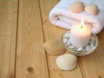 Πετσέτα, κοχύλια και καίγοντας κερί Στοκ εικόνες με δικαίωμα ελεύθερης χρήσης