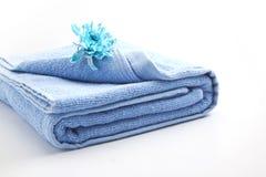Πετσέτα με το μπλε λουλούδι Στοκ φωτογραφία με δικαίωμα ελεύθερης χρήσης