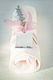 Πετσέτα με lavender στοκ φωτογραφία με δικαίωμα ελεύθερης χρήσης