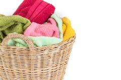 πετσέτα μιγμάτων χρώματος στα ψάθινα καλάθια στο άσπρο υπόβαθρο Στοκ Εικόνες