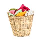 πετσέτα μιγμάτων χρώματος στα ψάθινα καλάθια στο άσπρο υπόβαθρο Στοκ Φωτογραφία