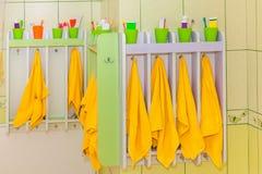 Πετσέτα παιδιών με την οδοντόπαστα και την οδοντόβουρτσα Στοκ Εικόνες