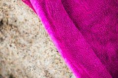 Πετσέτα παραλιών στην άμμο Στοκ φωτογραφία με δικαίωμα ελεύθερης χρήσης
