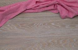 Πετσέτα πιάτων στο αγροτικό ξύλινο υπόβαθρο Στοκ Εικόνες