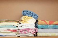 πετσέτα ραφιών χεριών ξύλινη Στοκ φωτογραφία με δικαίωμα ελεύθερης χρήσης
