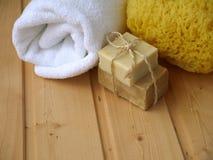 Πετσέτα, σαπούνι και σφουγγάρι Στοκ Εικόνες