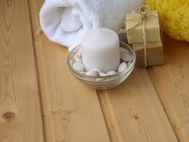 Πετσέτα, σαπούνι, κερί και σφουγγάρι Στοκ φωτογραφίες με δικαίωμα ελεύθερης χρήσης