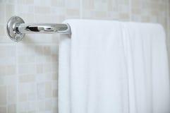 Πετσέτα στη ράγα Στοκ Εικόνες