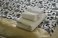 Πετσέτα στο κρεβάτι Στοκ εικόνα με δικαίωμα ελεύθερης χρήσης