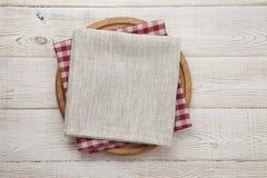 πετσέτα Σωρός των ζωηρόχρωμων πετσετών πιάτων στην άσπρη ξύλινη τοπ άποψη επιτραπέζιου υποβάθρου Στοκ εικόνα με δικαίωμα ελεύθερης χρήσης