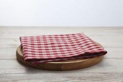 πετσέτα Σωρός των ζωηρόχρωμων πετσετών πιάτων στην άσπρη ξύλινη τοπ άποψη επιτραπέζιου υποβάθρου Στοκ εικόνες με δικαίωμα ελεύθερης χρήσης