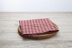 πετσέτα Σωρός των ζωηρόχρωμων πετσετών πιάτων στην άσπρη ξύλινη τοπ άποψη επιτραπέζιου υποβάθρου Στοκ Εικόνα