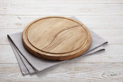 πετσέτα Σωρός των ζωηρόχρωμων πετσετών πιάτων στην άσπρη ξύλινη τοπ άποψη επιτραπέζιου υποβάθρου Στοκ φωτογραφία με δικαίωμα ελεύθερης χρήσης