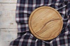 πετσέτα Σωρός των ζωηρόχρωμων πετσετών πιάτων στην άσπρη ξύλινη τοπ άποψη επιτραπέζιου υποβάθρου Στοκ Εικόνες