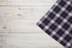 πετσέτα Ταρτάν τραπεζομάντιλων, ελεγμένος, πετσέτες πιάτων στην άσπρη ξύλινη χλεύη άποψης επιτραπέζιου υποβάθρου τοπ επάνω Στοκ εικόνες με δικαίωμα ελεύθερης χρήσης