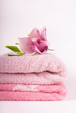 Πετσέτες και λουλούδι SPA Στοκ φωτογραφία με δικαίωμα ελεύθερης χρήσης