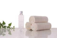 Πετσέτες και μεταλλικό νερό Στοκ εικόνα με δικαίωμα ελεύθερης χρήσης