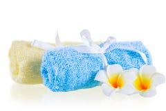 Πετσέτες και λουλούδια κινηματογραφήσεων σε πρώτο πλάνο terrycloth στοκ φωτογραφία με δικαίωμα ελεύθερης χρήσης