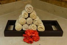 Πετσέτες και λουλούδια χεριών σε μια SPA Στοκ Εικόνες