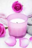 Πετσέτες λουτρών με τα ρόδινα τριαντάφυλλα Στοκ φωτογραφίες με δικαίωμα ελεύθερης χρήσης