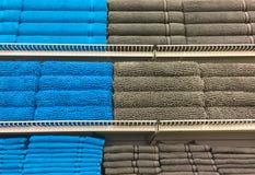 Πετσέτες λουτρών των διαφορετικών χρωμάτων Στοκ Φωτογραφία