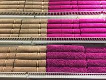 Πετσέτες λουτρών των διαφορετικών χρωμάτων Στοκ Εικόνες