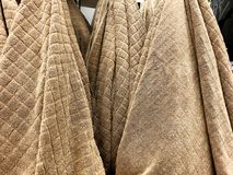 Πετσέτες ντους Πετσέτες Terrycloth στο σωρό για την πώληση Ύφασμα εγχώριων ντεκόρ στο πολυκατάστημα Κάθετος σωρός πετσετών του Te στοκ εικόνα