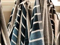 Πετσέτες ντους Πετσέτες Terrycloth στο σωρό για την πώληση Ύφασμα εγχώριων ντεκόρ στο πολυκατάστημα Κάθετος σωρός πετσετών του Te στοκ φωτογραφίες