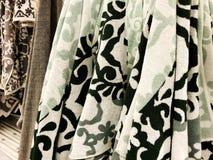 Πετσέτες ντους Πετσέτες Terrycloth στο σωρό για την πώληση Ύφασμα εγχώριων ντεκόρ στο πολυκατάστημα Κάθετος σωρός πετσετών του Te στοκ εικόνες