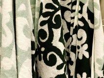 Πετσέτες ντους Πετσέτες Terrycloth στο σωρό για την πώληση Ύφασμα εγχώριων ντεκόρ στο πολυκατάστημα Κάθετος σωρός πετσετών του Te στοκ εικόνες με δικαίωμα ελεύθερης χρήσης