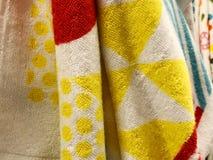 Πετσέτες ντους Πετσέτες Terrycloth στο σωρό για την πώληση Ύφασμα εγχώριων ντεκόρ στο πολυκατάστημα Κάθετος σωρός πετσετών του Te στοκ φωτογραφία με δικαίωμα ελεύθερης χρήσης