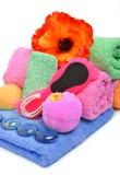 Πετσέτες λουτρών, ελαφρόπετρα, χαλίκι γυαλιού και λουλούδι Στοκ Εικόνες