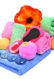 Πετσέτες λουτρών, ελαφρόπετρα, χαλίκι γυαλιού και λουλούδι Στοκ φωτογραφία με δικαίωμα ελεύθερης χρήσης