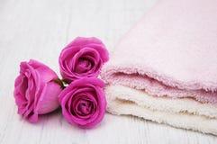 Πετσέτες λουτρών με τα ρόδινα τριαντάφυλλα Στοκ φωτογραφία με δικαίωμα ελεύθερης χρήσης