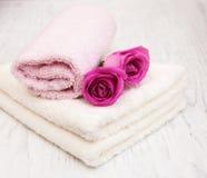 Πετσέτες λουτρών με τα ρόδινα τριαντάφυλλα Στοκ εικόνες με δικαίωμα ελεύθερης χρήσης