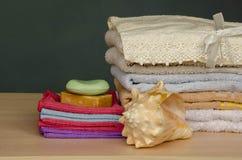 Πετσέτες λουτρών που λούζουν τις πετσέτες Στοκ Εικόνες