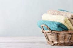 Πετσέτες λουτρών στο ψάθινο καλάθι Στοκ εικόνες με δικαίωμα ελεύθερης χρήσης