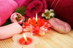 Πετσέτες, σαπούνια, λουλούδια, κεριά Στοκ εικόνα με δικαίωμα ελεύθερης χρήσης