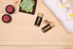 Πετσέτες, σαπούνι, κεριά και aromatherapy προϊόντα πετρελαίου Στοκ φωτογραφία με δικαίωμα ελεύθερης χρήσης